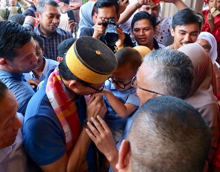 Sandiaga Uno mencium Cucu Raja Sulsel (deliknews.com)