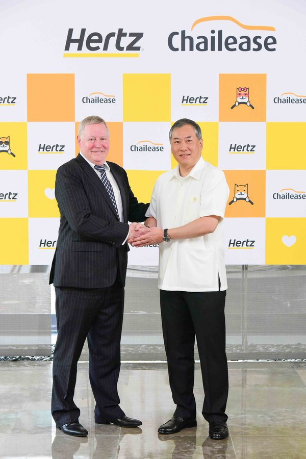 Eoin MacNeill (left), Vice President, Hertz Asia Pacific with Mr Andre J.L. Koo (right), Chairman of Chailease Group