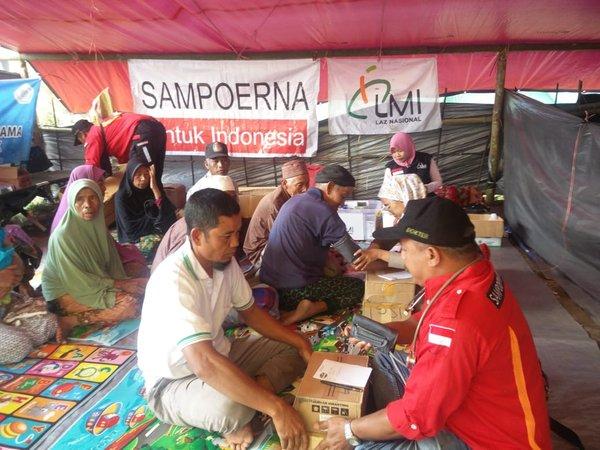 Tim Sampoerna Rescue (SAR) memberikan pelayanan kesehatan kepada korban bencana gempa di Lombok, Nusa Tenggara Barat
