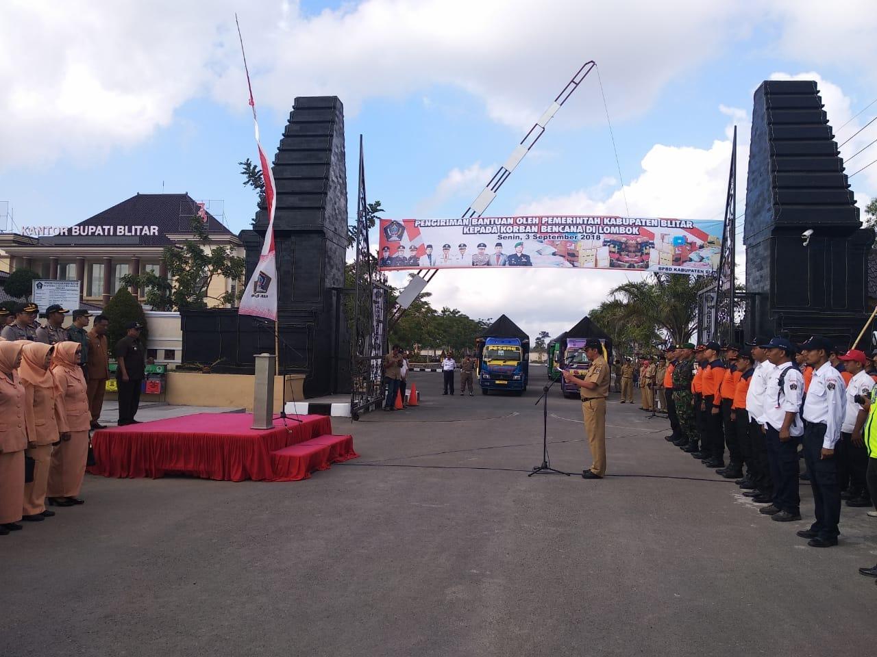 Bupati Blitar Rijanto memimpin upacara pemberangkatan armada bantuan ke Lombok Utara