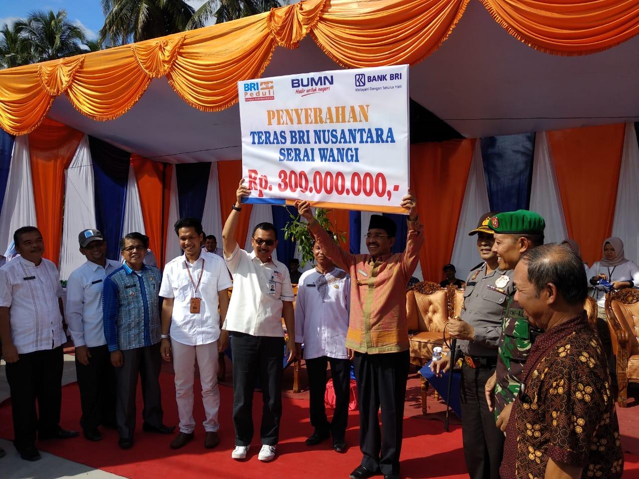 Pemimpin wilayah BRI Padang, Jhoni Alwadris saat menyerahkan bantuan Rp300 juta kepada Bupati Pasaman, Yusuf Lubis, Jum'at (28/12).