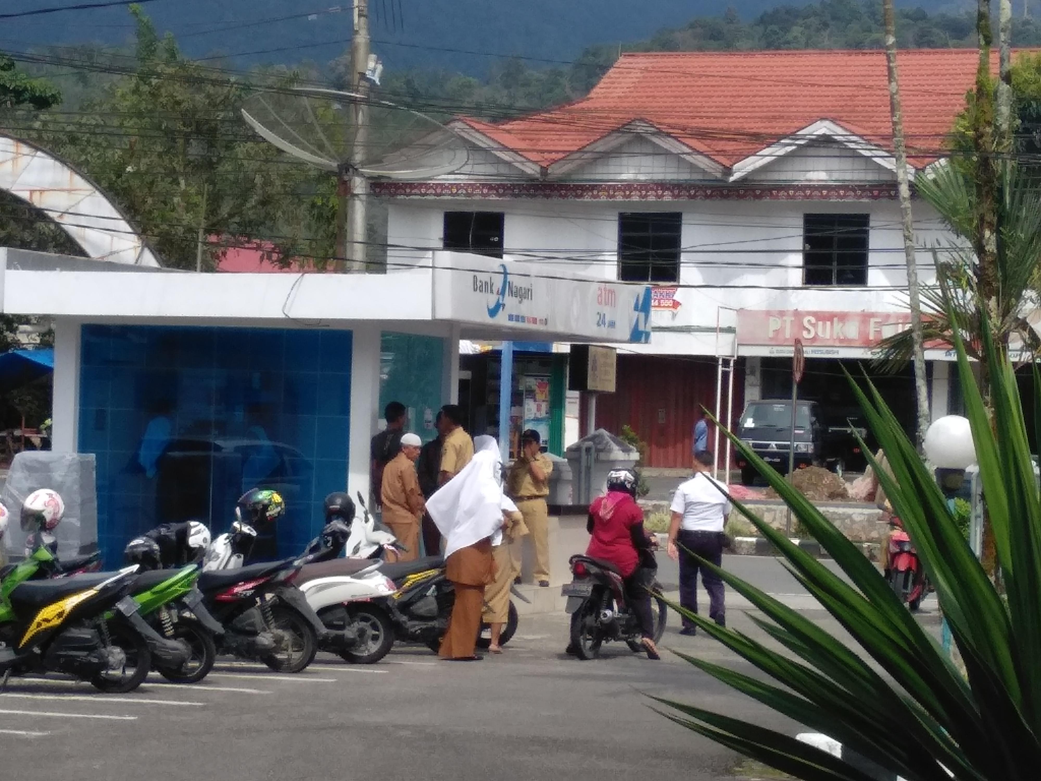 Antrian pengguna ATM Bank Nagari, di depan Kantor Bank Nagari Lubuk Sikaping, Senin (10/12/18).