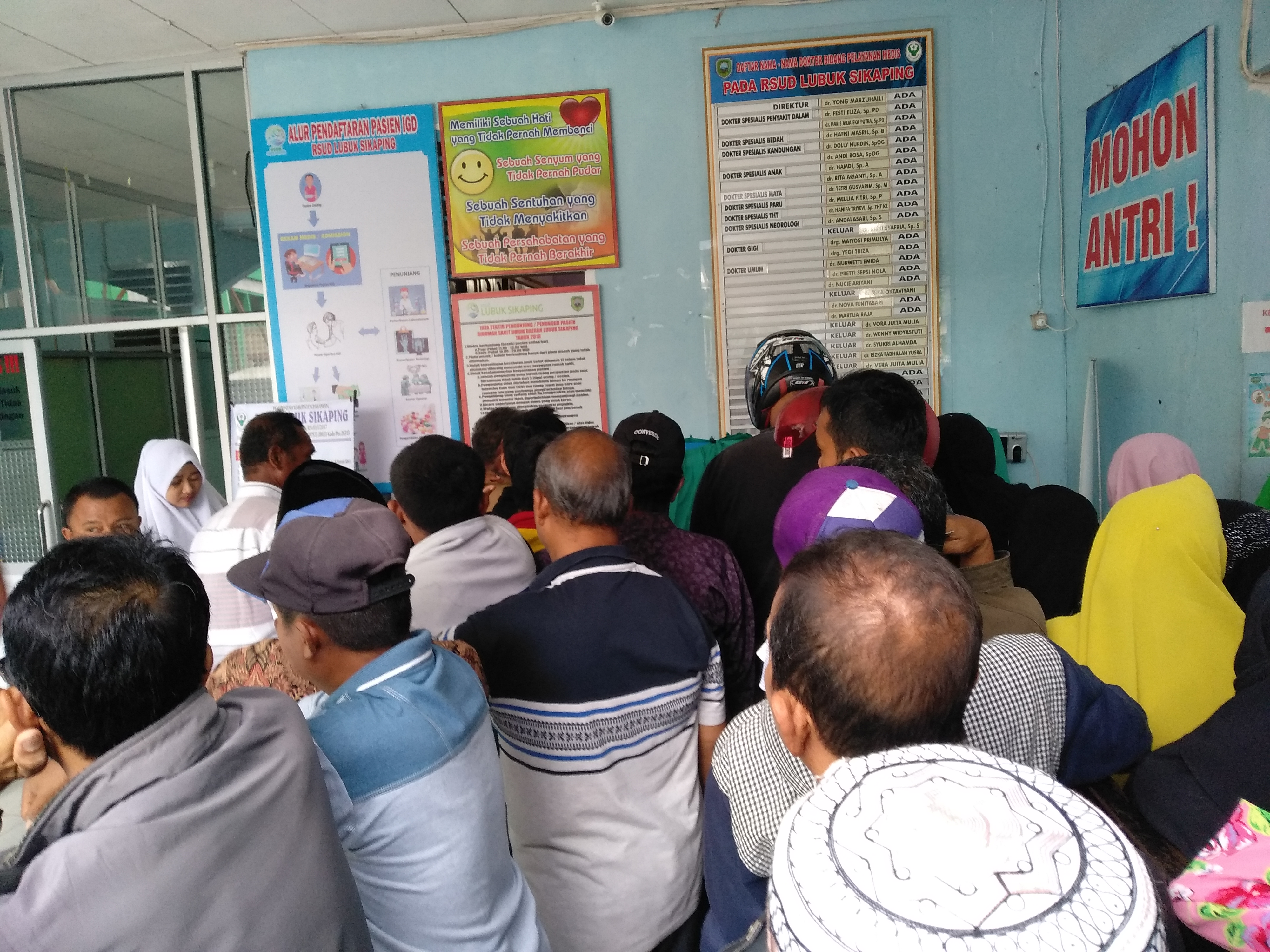 bapak - bapak dan ibu - ibu berdadak -dadakan saat akan mengambil nomor antrian di RSUD Lubuk Sikaping, Selasa Pagi (11/12/18) jam 70.10.