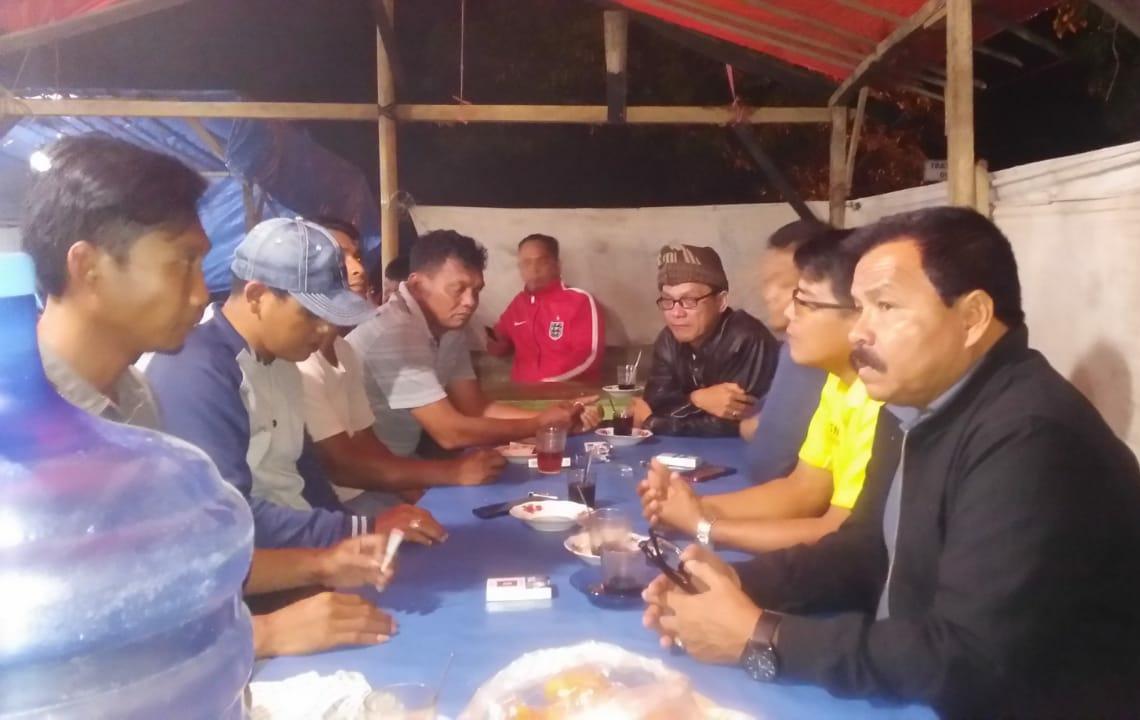 Kadis Perhubungan Pasaman, Asril Amir, didampingi Camat Panti, Aswar, di lokasi Pasar Malam Terminal Pasar Panti, Minggu malam (16/12/18).