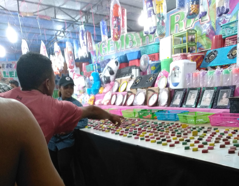 Permainan Lempar Gelang di Pasar Malam, Terminal Pasar Panti diduga judi karena untung-untungan , (15/12/18).