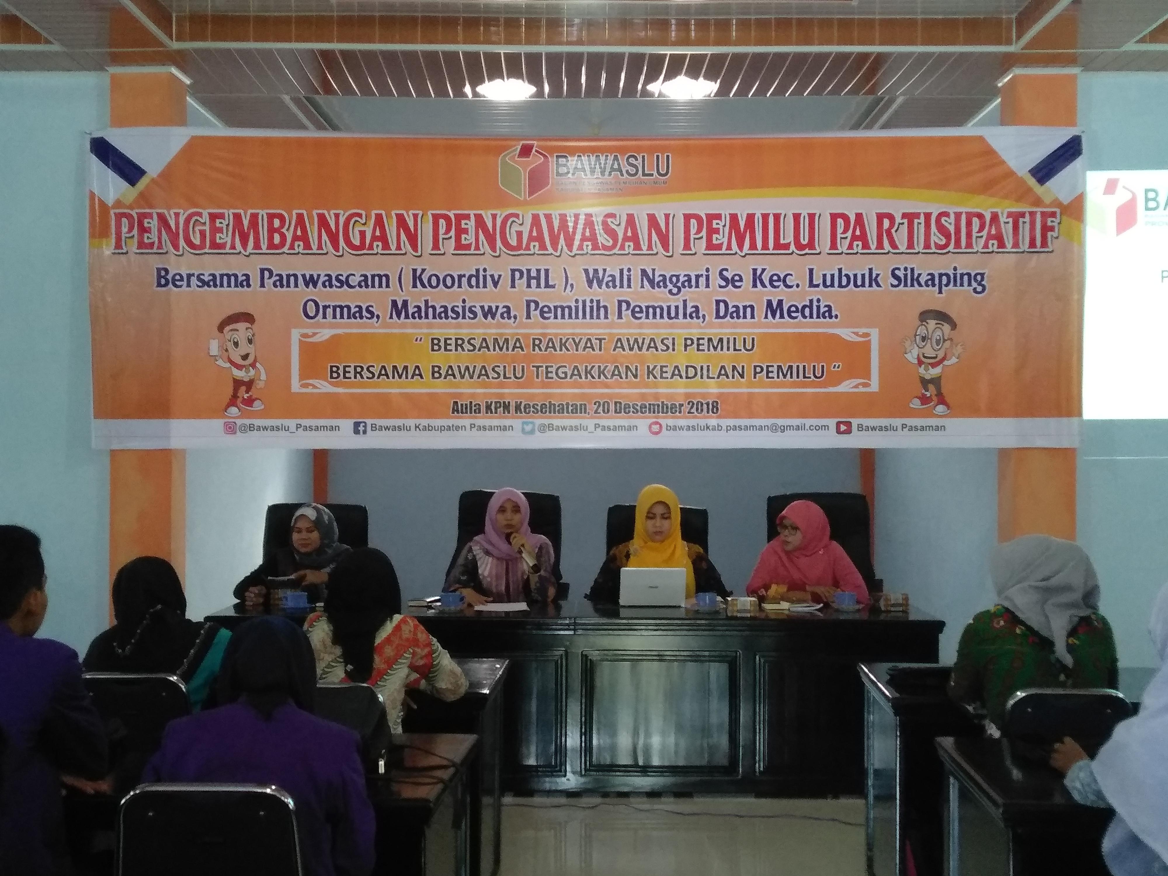 Ketua Bawaslu Pasaman, Rini Juita, saat menyampaikan arahannya, di aula KPN Lubuk Sikaping, Kamis (20/12/18).