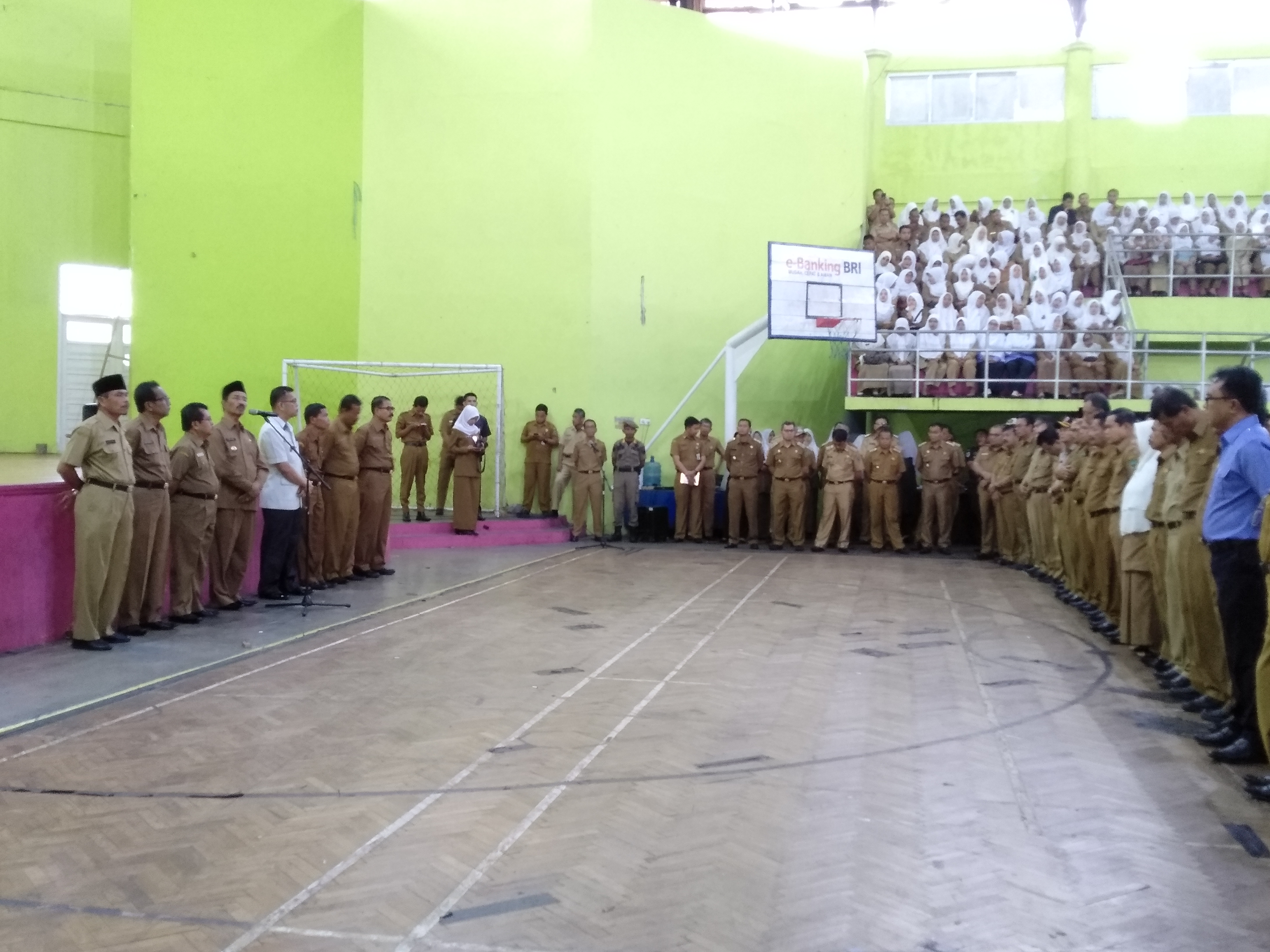 Sambutan Bupati Pasaman, saat apel di Gor Tuanku Rao Lubuk Sikaping, Senin (31/12).