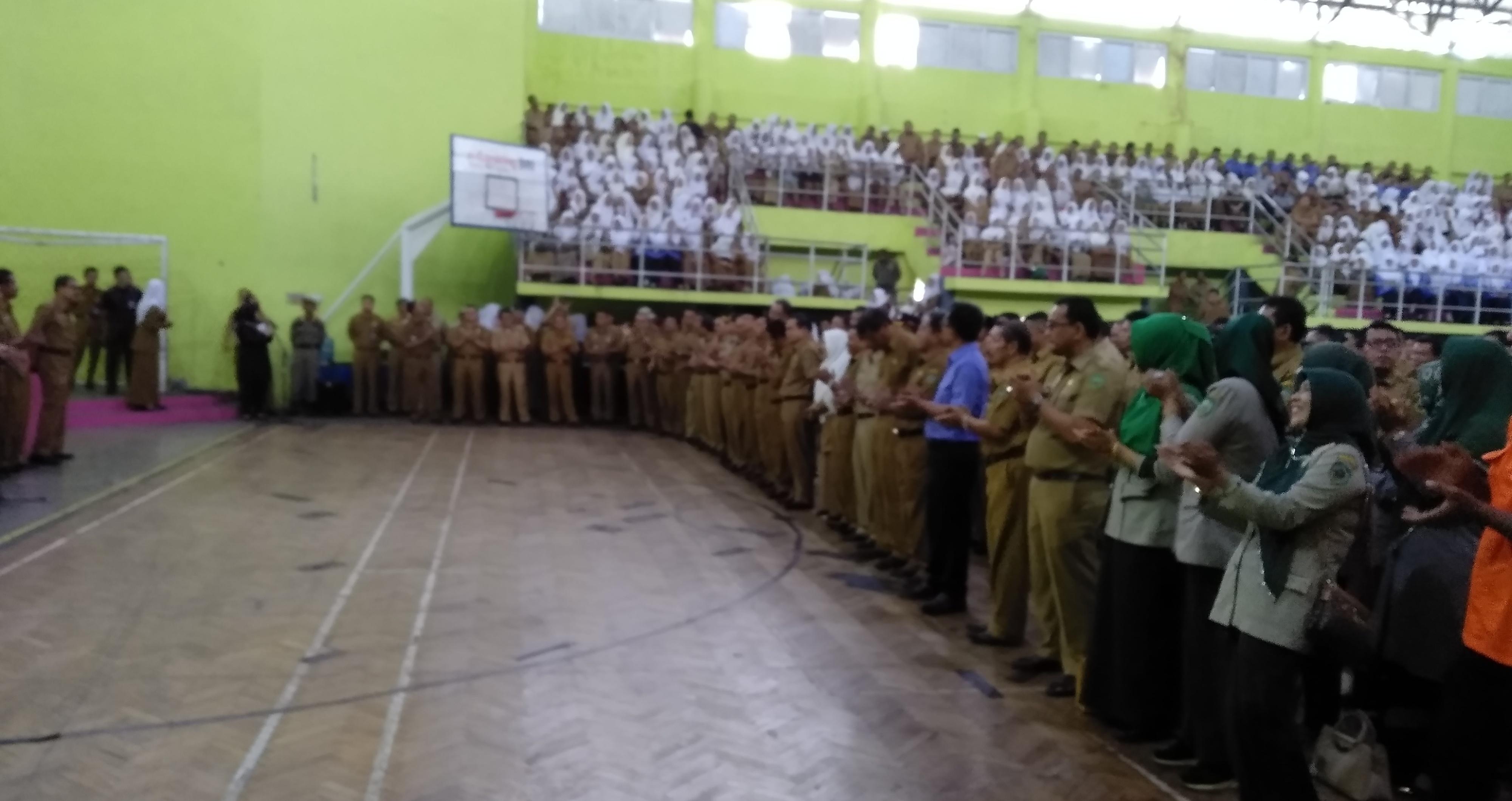 Tampak yang hadir di Apel terakhir 2018 di Gor Tuanku Rao Lubuk Sikaping, bertepuk tangan mendengar pernyataan Bupati akan demo jika 2019 rapat Paripurna DPRD Pasaman tak disiplin, Senin (31/12).