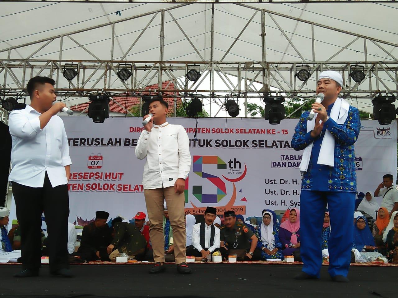 Ust. Syafrizal bersama Dua putranya Irsyad dan Furqon dalam rangka Tabligh Akbar di Kabupaten Solok Selatan.