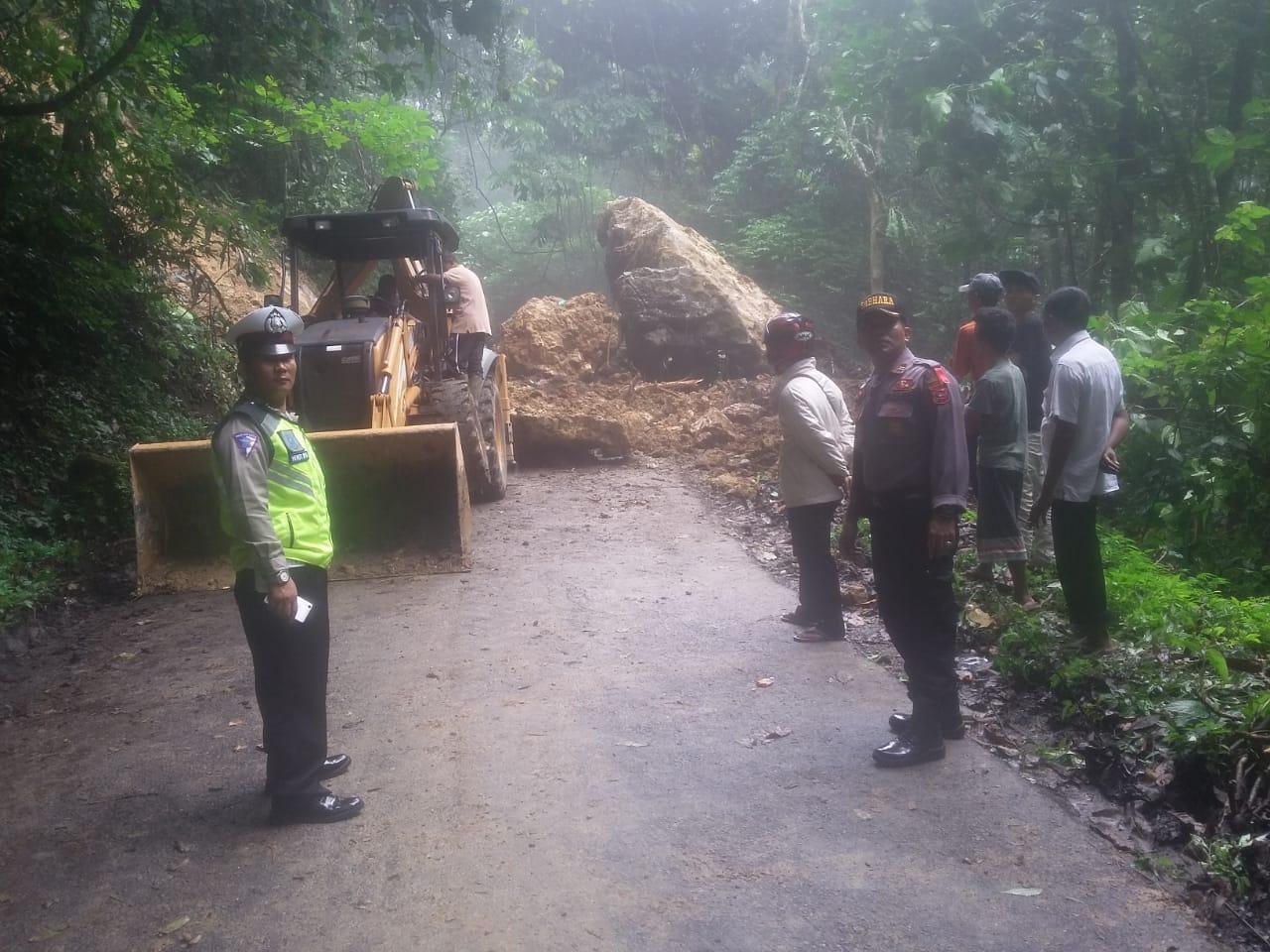 Giat pengamanan, pembersihan dan pengaturan lalu lintas oleh personil Polsek Panti, Jum'at (18/1/19).