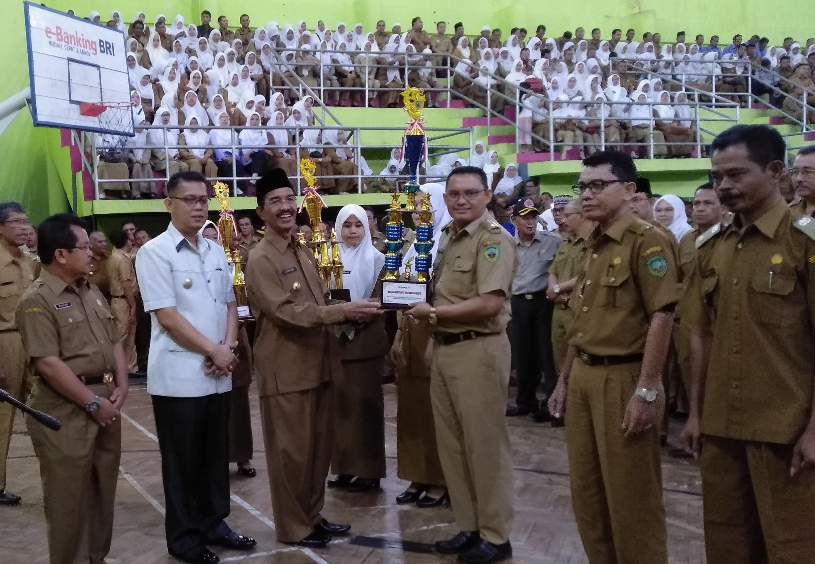 Tiga Wali Terbaik di Pasaman saat menerima piala penghargaan.