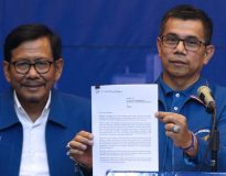 Hinca Panjaitan, menunjukan surat Susilo Bambang Yudhoyono