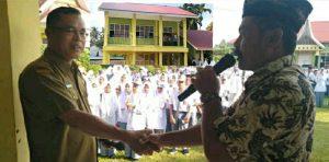 Serah terima gedung megah RKB dari komite kepada pihak SMAN 1 Padang Gelugur, Senin (22/7).