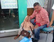 Ibu Ayu terlihat pingsan di depan kantor BPJS Kesehatan, Rabu (21/8). (foto Ical)