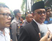 Ketua DPRD Sumbar Sementara Desrio Putra diwawancarai Wartawan (Delik News / Darlin)