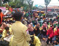 Aksi mahasiswa di halaman kantor DPRD Sumbar, Rabu (28/8). (Delik News / Darlin)