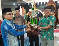 Wali Nagari Panti Timur Asran Irsyah saat menerima piala Juara Umum MTQ, Minggu (25/9).