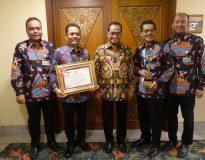 Dirut PT Dharma Lautan Utama, saat menerima piagam penghargaan di Jakarta, Minggu (15/9)