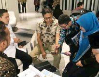 Gubernur Sumbar Irwan Prayitno memperlihatkan aplikasi OnSMART kepada penguji Monev.