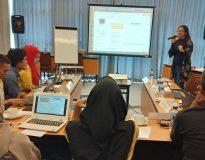 Trainer Data Visualization and Maping Trainer Utami Diah Kusumawati memberikan materi kepada peserta, Minggu (11/10).