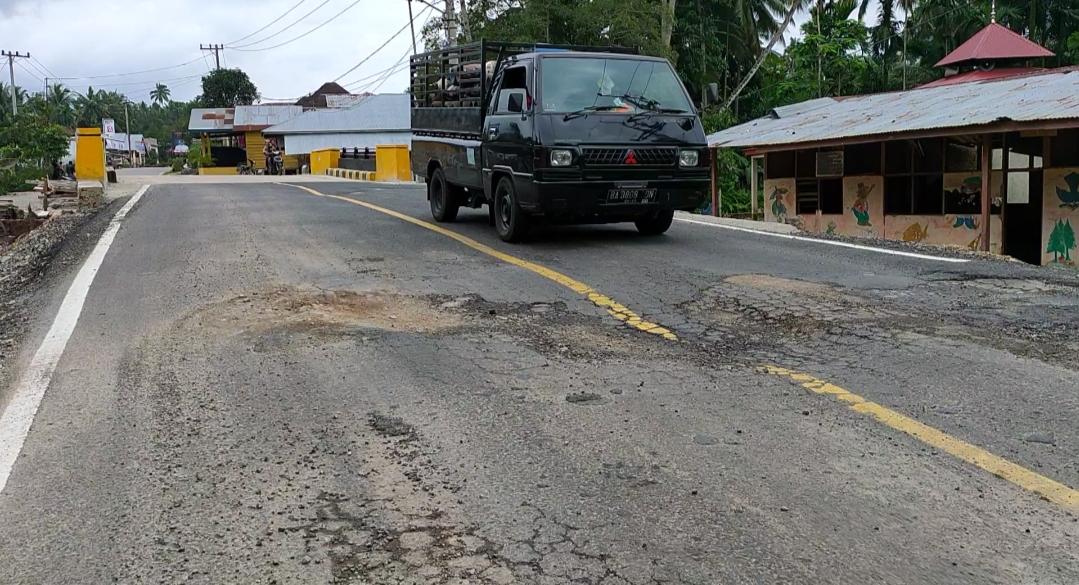 Kondisi badan jalan jembatan Pembangunan Penggantian Jembatan Air Ampang Gadang, Sabtu (7/12/19).