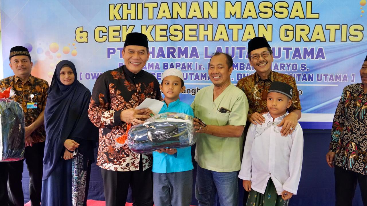 Owner DLU, Bambang Haryo Soekartono dalam kegiatan CSR PT DLU di Gedangan Sidoarjo