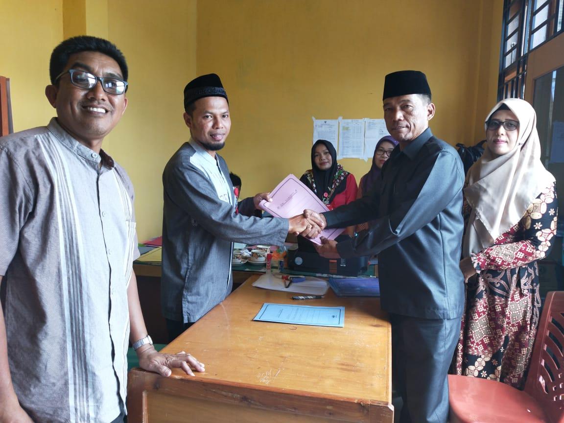 Ade Suryadi mendaftarkan diri sebagai Bakal Calon Wali Nagari Aia Manggih di Sekretariat Pilwana Nagari Aia Manggih, Jum'at , (7/2).