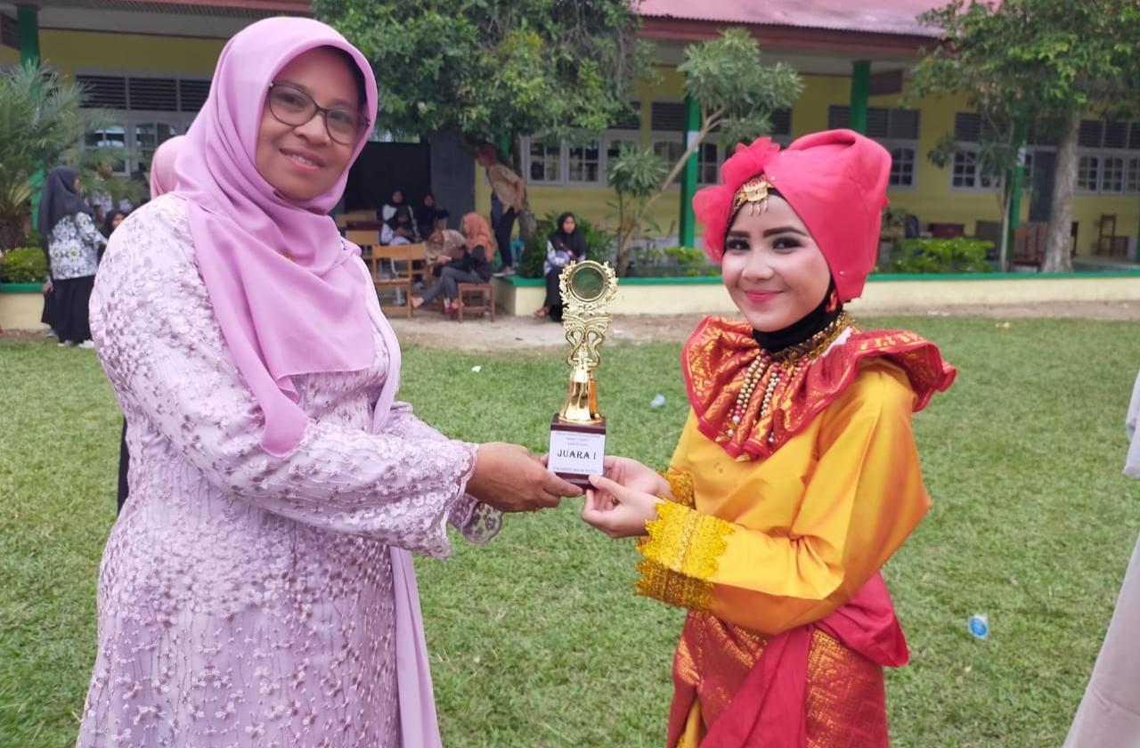 Kepala SMAN 1 Panti Ferry Gustin serahkan penghargaan kepada siswa.