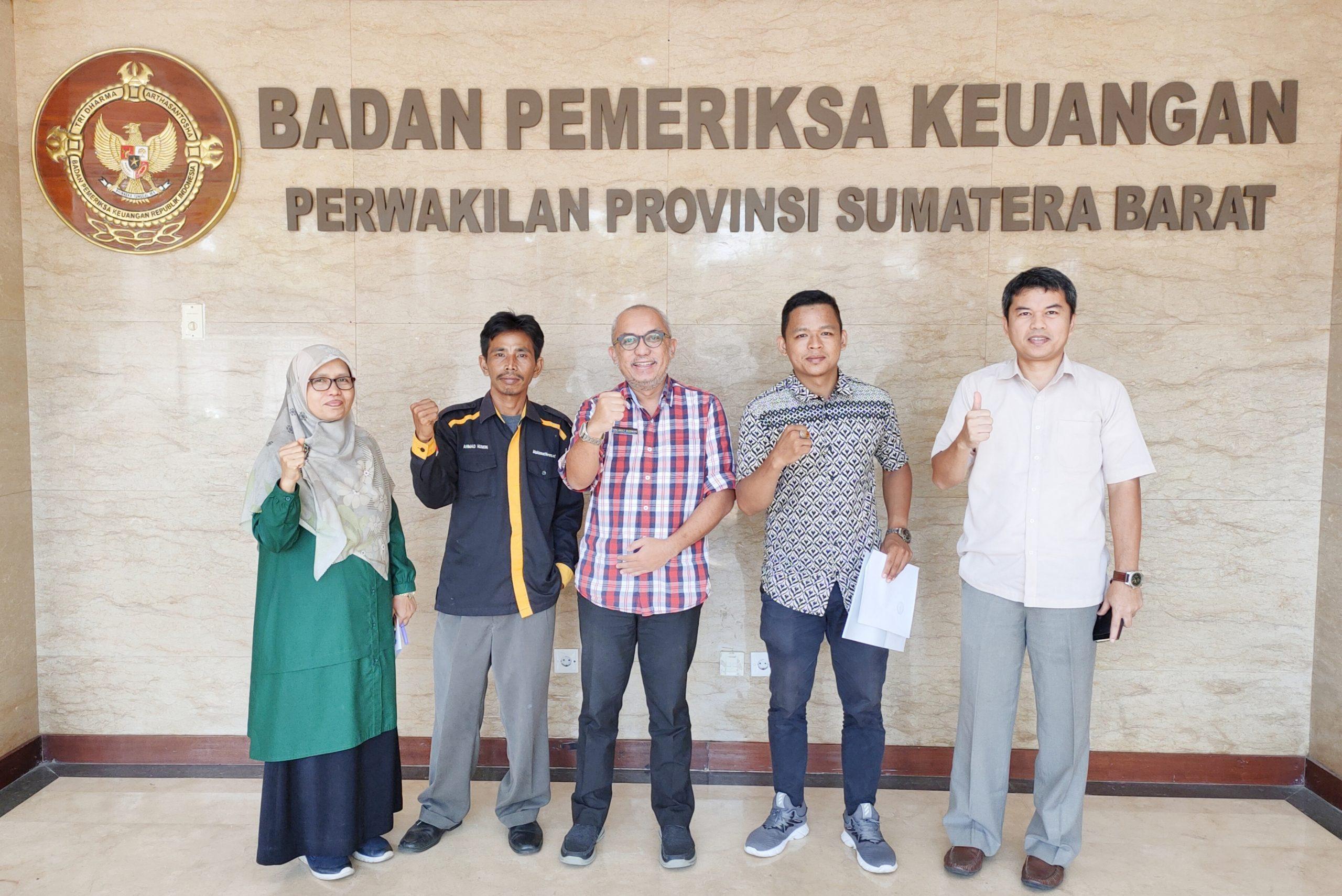 Foto bersama wartawan Deliknews Darlin dan LSM Fopbindo Husein dengan jajaran para pimpinan BPK Perwakilan Sumbar.