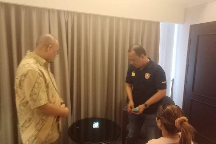 Anggota DPR RI Andre Rosiade bersama tim Ditreskrimsus Polda Sumbar menggerebek prostitusi online di Padang, Minggu (26/1/2020)(KOMPAS.COM/PERDANA PUTRA)