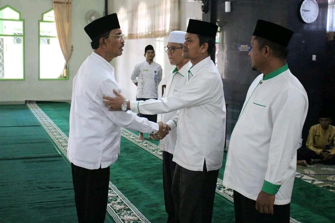 Habibullah bersalaman dengan Bupati Pasaman Yusuf Lubis.