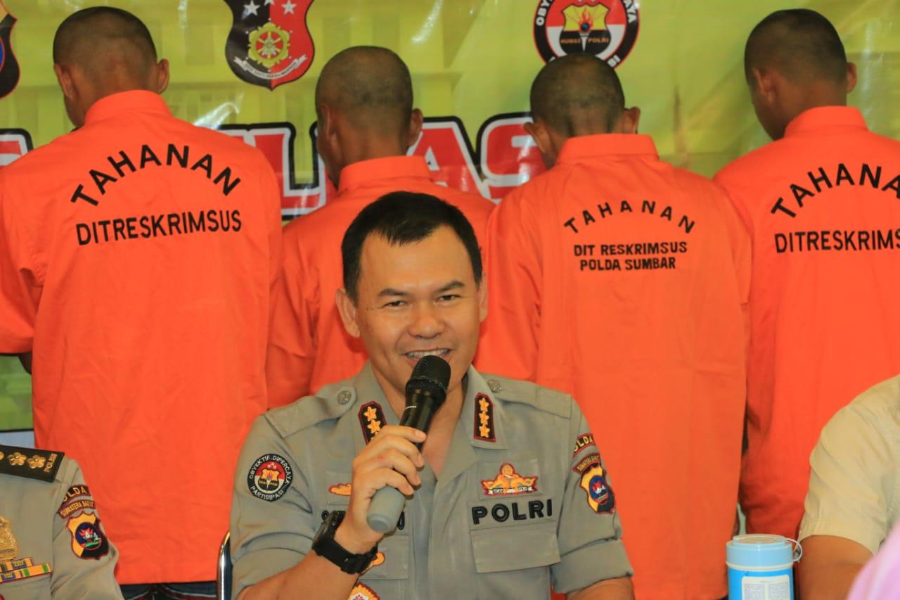 Kabid Humas Polda Sumbar Kombes Pol Satake Bayu saat jumpa pers di lantai IV Mapolda Sumbar, Selasa (17/03).