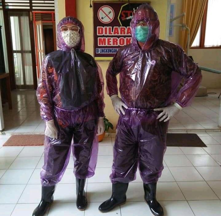 Petugas medis di Pasaman pakai mantel plastik sebagai APD, Kamis (26/3/20). Sumber foto : Akun Facebook resmi Dinas Kominfo Pasaman.
