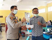 Kepala SMKN 1 Lubuk Sikaping Muslim saat menerima bantuan dari Kapolres Pasaman AKBP Hendri Yahya.