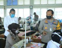 Kapolda Sumbar Irjen. Pol. Drs. Toni Harmanto, M.H saat meninjau personel Polwan Polda Sumbar yang mengikuti pelatihan menjahit untuk pembuatan masker di BLK Padang Sumatera Barat (Sumbar), Selasa (14/4/20).