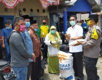 Atos Pratama bersama rombongan gugus tugas saat menyerahkan secara simbolis bantuan 1,3 ton beras di Simpati.