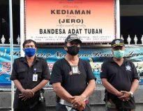 Bendesa Desa Adat Tuban Badung, I Wayan Mandra (tengah) didampingi Waka Satgas GR Desa Adat Tuban, I Made Mustika (kanan). (Foto: deliknews.com)