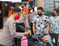 Kapolres Badung, Roby Septiadi saat menyerahkan barang bukti pencuria sepeda motor kepada korban. (Foto: deliknews.com)