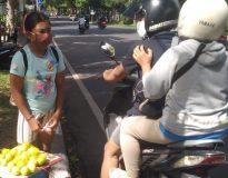 Ni Komang Triwartini, anak-anak penjual Lemon. (Foto: deliknews.com)