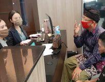 Dewa Putu Sudarsana bersama Dewa Nyoman Oka (Kanan) saat mengadu ke Kejati Bali. (Deliknews.com)