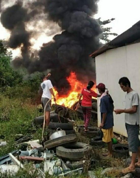 Bakar Sampah, Warga Panik Api Menyambar Tumpukan Ban Bekas