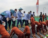 Menteri Edhy (empat kiri) bersama mahasiswa saat melepaskan bibit Udang Vaname di tambak Politeknik KP Jembrana.