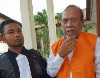 I Made Sumantra (kanan) didampingi kuasa hukumnya, I Wayan