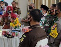 Ketua Bawaslu Pasaman Rini Juita (jilbab merah) saat rapat koordinasi dengan Forkopimda dan stakeholder, di Lubuk Sikaping, Rabu (30/9/20).