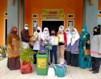 SMPN 2 Bonjol menerima penghargaan peduli lingkungan dan pengelolaan barang bekas dari Camat Bonjol
