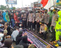 Kapolda Sumbar pantau langsung aksi unjuk rasa di depan Kantor DPRD Sumbar, Kamis (8/10/20).
