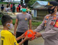 Kapolsek Sikakap AKP Tirto Edhi, SH memberikan bantuan bola kepada anak-anak Tim Futsal Desa Sikakap.