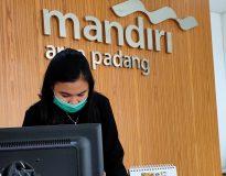 Sekretaris Bank Mandiri Cabang Padang, Ita, saat ditemui Deliknews.com di ruang kerjanya, Jum'at (27/11/20).