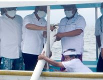 Foto: proses restocking (Pelepasliaran) Lobster hasil panen anggota GPLI oleh Menteri KKP Sakti Wahyu Trenggono (tengah) didampingi Ketua GPLI Gunawan Suherman (kiri) dan Ketua Metamorfosa Ketut Totok (kanan).
