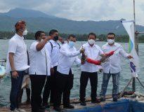 Menteri KKP Sakti Wahyu Trenggono didampingi Sekjen KKP Antam Novambar, Bupati Buleleng, Ketua GPLI dan Sekjen GPLI saat melihat Lobster hasil panen anggota GPLI di Sumberkima, Bali.